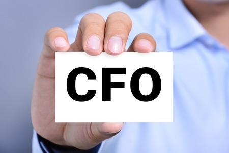 comité d entreprise: CFO lettres (ou Chief Financial Officer) sur la carte détenue par une main de l'homme