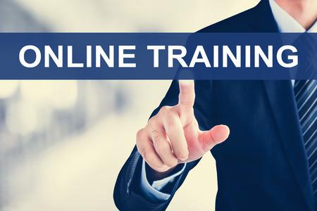 utbildning: Affärsman handen röra onlineutbildning fliken virtuell skärm Stockfoto