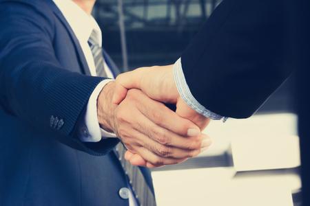 Handdruk van zakenlieden - groet, handel, fusies en overname-concept