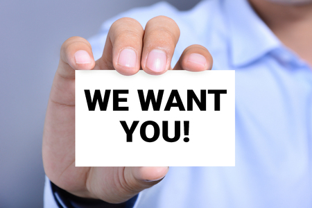 recursos humanos: ¡NOSOTROS TE QUEREMOS! mensaje en la tarjeta mostrada por un hombre