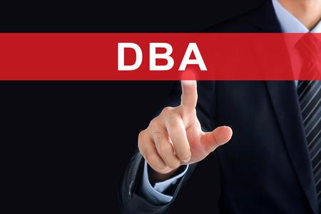 administracion de empresas: Empresario tocar la mano DBA (o Doctor en Administración de Empresas) señal en la pantalla virtual - concepto de educación
