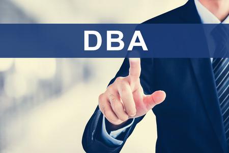 administracion empresarial: Empresario tocar la mano DBA (o Doctor en Administraci�n de Empresas) se�al en la pantalla virtual - concepto de educaci�n