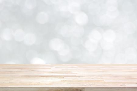 Holztischplatte auf weiß Bokeh abstrakten Hintergrund - können für die Montage oder gebraucht Sie Ihre Produkte werden
