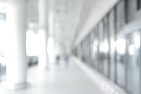 白ぼかし廊下 (通路) の建物から抽象的な背景