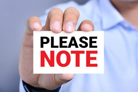 poner atencion: POR FAVOR, mensaje en la tarjeta mostrada por un hombre