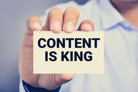 Content is King Nachricht auf der von einem Mann dargestellt Karte Lizenzfreie Bilder