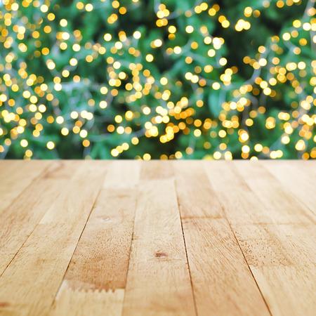 trompo de madera: Tablero de la mesa de madera sobre fondo verde bokeh árbol de Navidad - se puede utilizar para la visualización o sus productos Montage