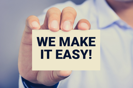 Noi ti aiutiamo! messaggio sulla scheda mostrata da un uomo, tono epoca