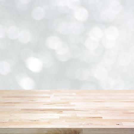 Holztischplatte auf weißem Bokeh abstrakte Hintergrund, festlich Hintergrund Konzept - kann für die Montage verwendet werden, oder Ihre Produkte anzeigen Lizenzfreie Bilder