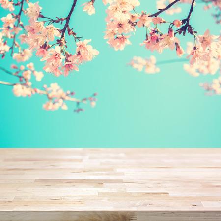 Holztischplatte auf Unschärfe rosa Sakura Blume Hintergrund- kann zur Anzeige oder montage Ihre Produkte verwendet werden, Lizenzfreie Bilder