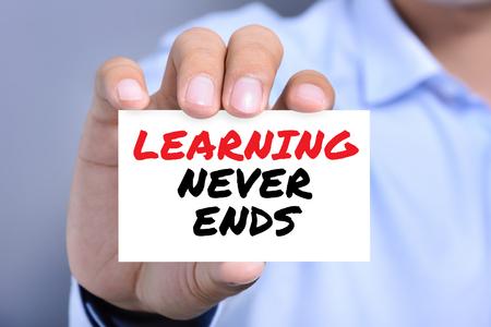 aprendizaje: Aprendizaje nunca termina mensaje en la tarjeta mostrada por un hombre