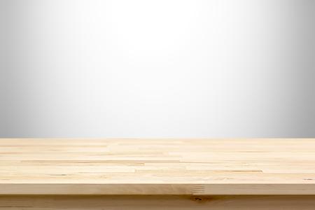 Houten tafelblad op wit grijze gradient achtergrond - kan worden gebruikt voor weergave of montering uw producten