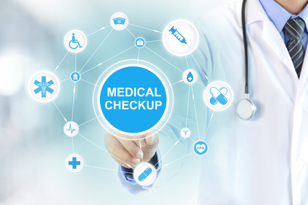 Mão de médico tocando sinal de check-up médico na tela virtual