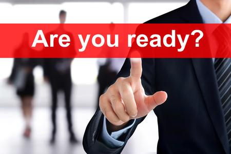 Mano de empresario tocar ¿Estás listo? pestaña en la pantalla virtual
