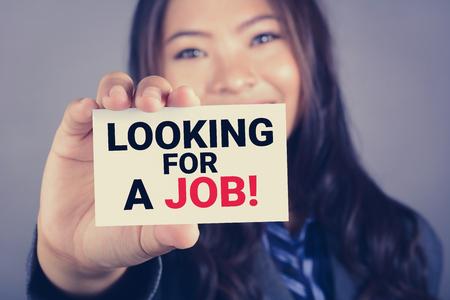 Szukasz pracy, wiadomości na karcie pokazane przez kobietę, rocznik tone