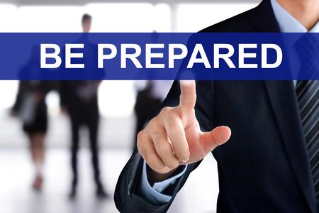 emergencia: El hombre de negocios que toca a mano SER pestaña en la pantalla virtual PREPARADO