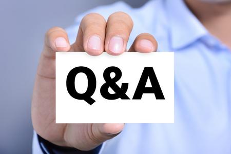 Q & A (preguntas y respuestas) firmar en la tarjeta de negocios que muestra un hombre