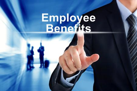 El hombre de negocios muestra de la mano de tocar Beneficios para Empleados en la pantalla virtual Foto de archivo