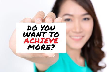 inspiracion: ¿QUIERES LOGRAR MÁS? mensaje en la tarjeta se muestra por una mujer