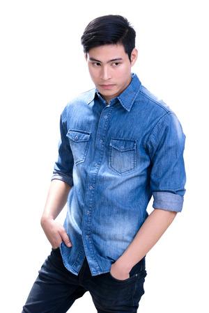 Retrato de hombre joven de Asia hermoso en la camisa de la mezclilla azul - en el fondo blanco