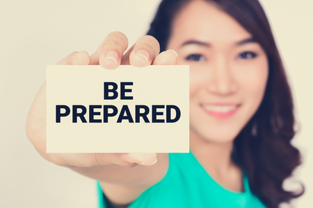 emergencia: Esté preparado, mensaje en la tarjeta mostrada por una mujer tono, vendimia