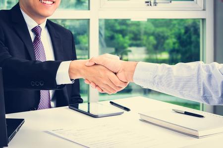 stretta di mano: Stretta di mano di uomini d'affari in ufficio - fare un accordo e concetti che si occupano