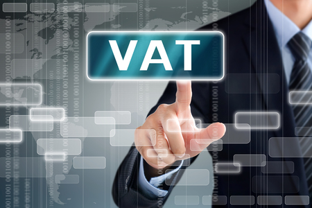 valor: Mano de empresario tocar el IVA (impuesto sobre el valor añadido o) la muestra en la pantalla virtual Foto de archivo