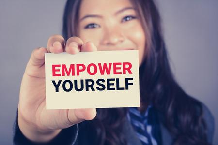 confianza: Autorícese mensaje en la tarjeta mostrada por una mujer de negocios, el efecto de tono de época