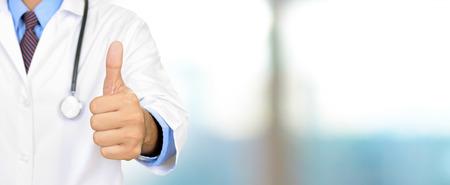 Mano del medico che dà i pollici in su, panoramica intestazione sfondo medico Archivio Fotografico