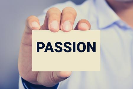 pasion: PASIÓN palabra en la tarjeta mostrada por un hombre, el tono de la vendimia