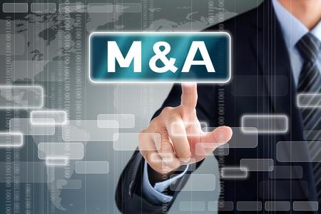 Geschäftsmann Hand berühren M & A (Merger and Acquisition) Zeichen auf virtuellen Bildschirm
