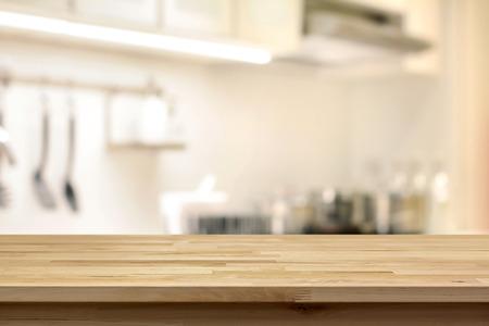 Holztischplatte (wie Kochinsel) auf Blur Küche Hintergrund - kann zur Anzeige oder verwendet montage Ihre Produkte werden