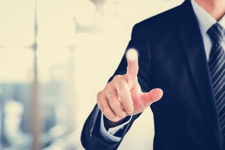 Zakenman hand aanraken op lege virtuele scherm, moderne business user interface (UI), achtergrond, concept