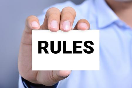 obedecer: REGLAS palabra en la tarjeta mostrada por un hombre
