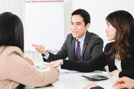 speak: Asian business people at the meeting
