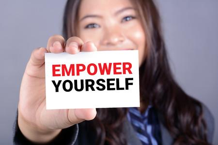 liderazgo empresarial: Autorícese mensaje en la tarjeta mostrada por una mujer de negocios