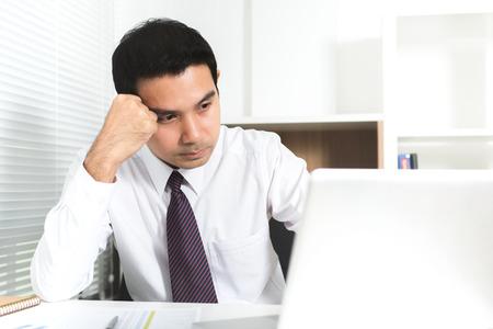 hombres trabajando: Hombre de negocios asiático estresarse (malestar) en el trabajo