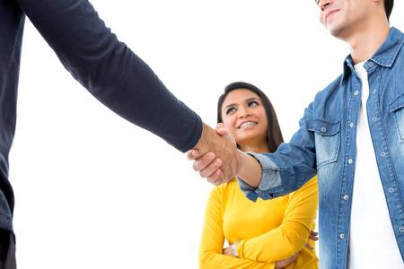 apreton de mano: hombres de negocios casual, haciendo apretón de manos