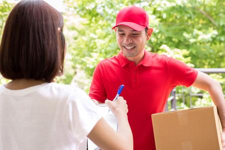 hombre rojo: hombre de salida que entrega paquete a una mujer