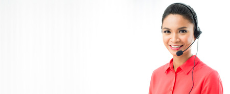 fondo panorámico o banner con copia espacio - mujer que llevaba auriculares con micrófono como un operador, vendedor por teléfono, centro de llamadas y servicio al cliente sonriente Foto de archivo