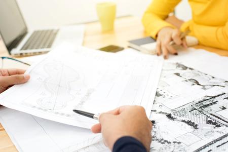Arquitectos paisajistas (o) en discusiones sobre planos en la reunión Foto de archivo