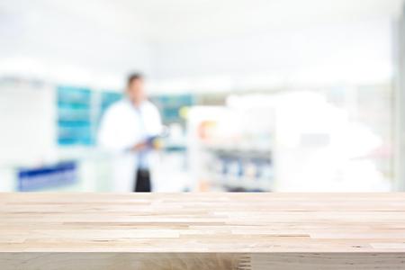 Lege houten aanrechtblad op onscherpte apotheek (apotheek of drogisterij) achtergrond Stockfoto