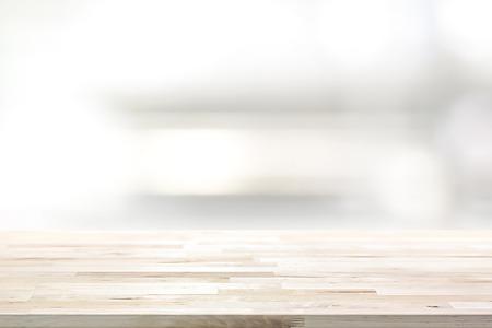 나무 테이블 위에 흐림 부엌 선반 배경 - 디스플레이 또는 몽타주 사용할 수 있습니다. 귀하의 제품 (또는 음식) 스톡 콘텐츠