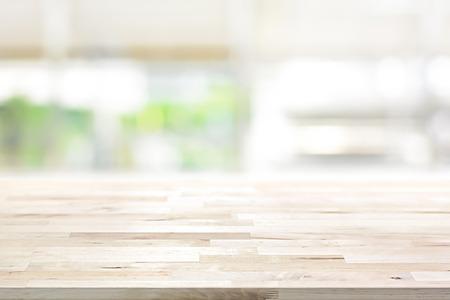 Tablero de la mesa de madera sobre fondo borroso ventana de la cocina - se puede utilizar para la visualización o Montage sus productos (o alimentos) Foto de archivo - 65692170
