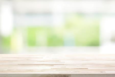 흐림 흰색, 녹색 부엌 창 배경에 나무 테이블 탑 - 디스플레이에 사용하거나 제품 (또는 음식) 몽타주 할 수 있습니다