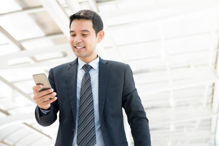 스마트 폰을 사용하는 잘 생긴 아시아 사업가