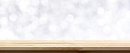 추상적 인 흰색 bokeh 배경, 축제 테마에 나무 테이블 상단