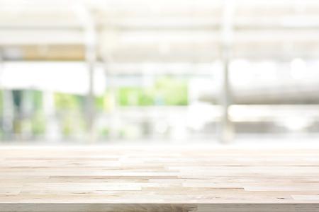 piano del tavolo in legno sulla sfocatura sfondo finestra della cucina - può essere utilizzato per la visualizzazione o di un montaggio tuoi prodotti (o alimenti)