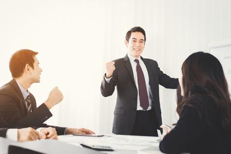 negocios de gran alcance cerrando el puño potenciar sus colegas frente a la sala de reuniones