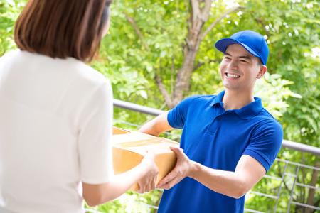 소포 상자 여자 - 택배 서비스 개념을 제공하는 파란색 균일 한 배달 남자 웃 고